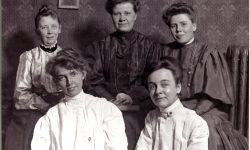 Black and white photos of Five female librarians: training class 1903-04